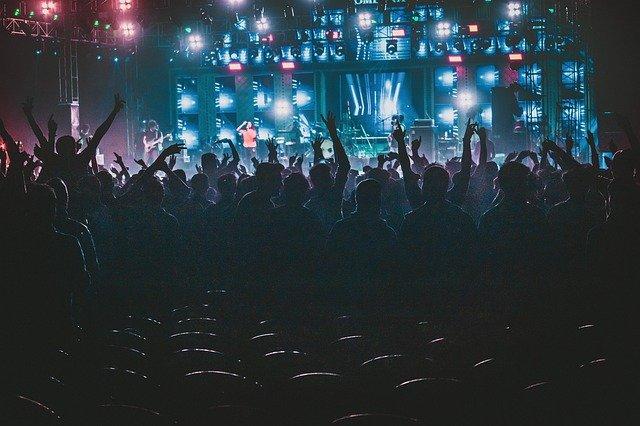 concierto de rock y multitud
